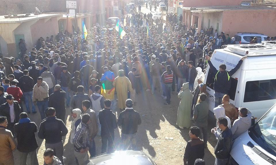 """تنغير: الآلاف يشيعون جثمان """"عمر خالق"""" الى مثواه الأخير بمسقط رأسه """"أكنيون"""""""