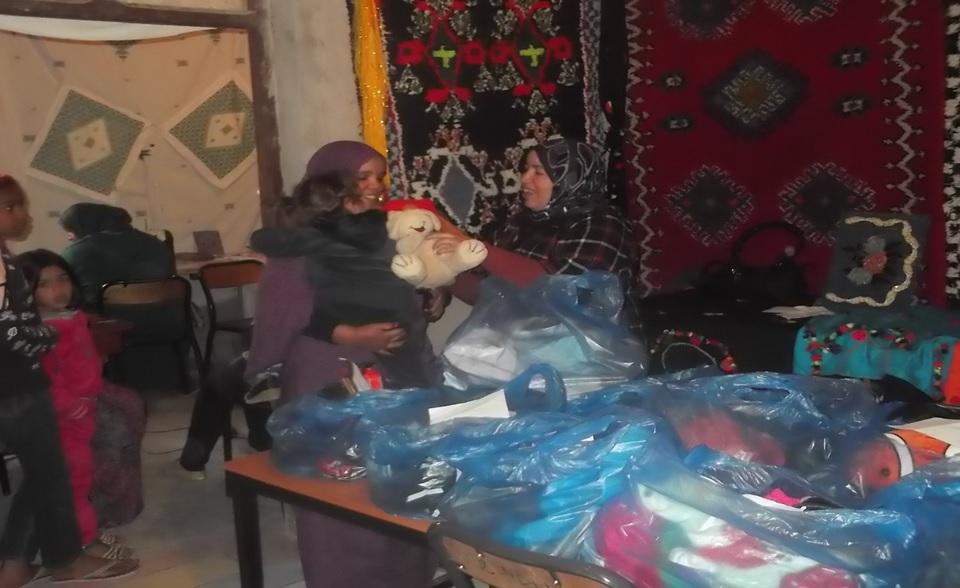 جمعية حي الثمور للتنمية ومندوبية التعاون الوطني توزعان ملابس وألعاب أبناء حي الثمور