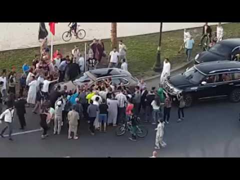 نظرة من فوق: الملك محمد السادس محاطا بعشرات المواطنين في طنجة.