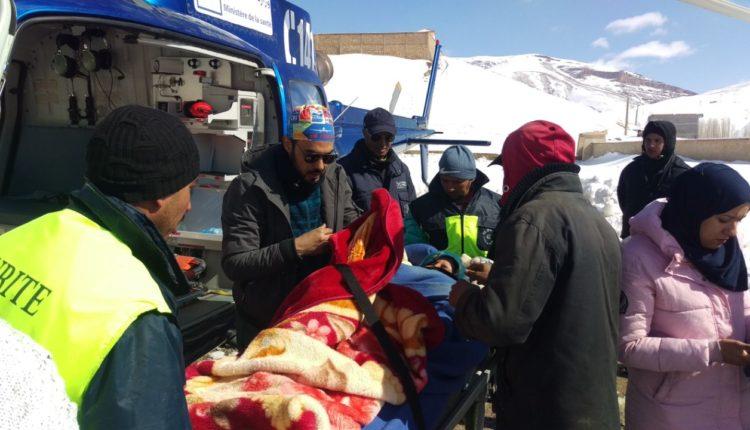المروحية الطبية لوزارة الصحة تتكفل بنقل سيدتين حاملتين تقطنان بدواوير محاصرة بالثلوج إلى المستشفى المدني المتنقل بإملشيل
