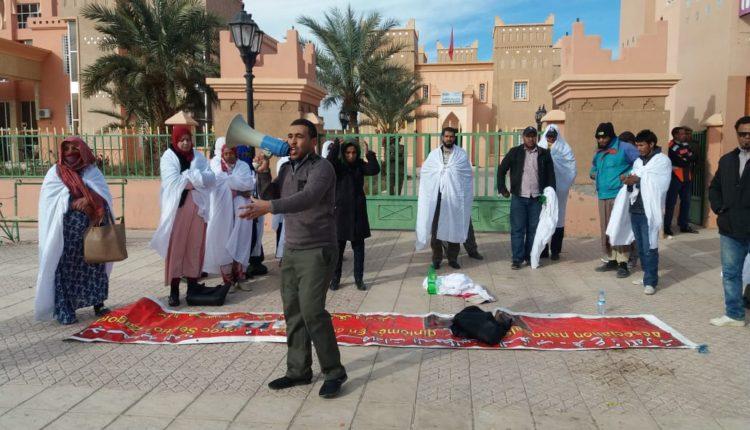 في سابقـة خطيـرة من نوعها : المعطلـون بزاكورة يعتصمون بالأكفان ويهددون بإحراق دواتهم احتجاجا على نتائج مباراة التعليم بالتعاقد ( فيديو+ صور)