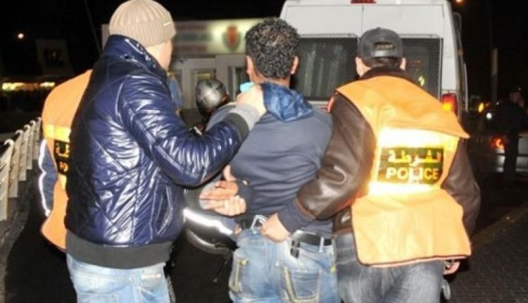 سرقة السيارات والإتجار في المخدرات تقود عشريني للإعتقال