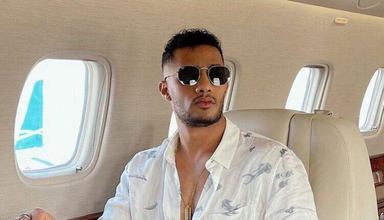 من جديد المغني المصري محمد رمضان يخلق الجدل برقصه مع مضيفتين على متن الطائرة